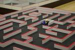 マイクロマウス競技の様子.小型ロボットの素早い動きが見えます.